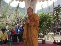 Bante Pannavaro Sri Mahatera dari Budha memimpin doa tuk memulai penanaman di Lereng Merapi