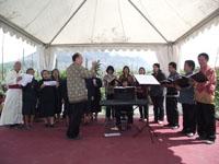 Mgr. Pujasumarta Pr bernyanyi bersama paduan suara pimpinan Mas Krisna