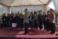 Paduan suara menyanyikan lagu Kutanam Ribuan Pohon karya Theo Sunu Widodo pd ceremonial PALM