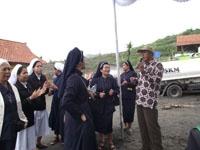 Para Suster menyanyikan lagu 'Kubawa Damai Bagimu' pimpinan KH. Abdul Muhaimin