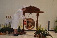 Gong dibunyikan oleh Pemimpin Umum Suster CB menandai dibukanya pertemuan BKU