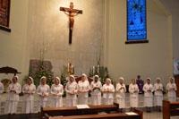 Para peserta pertemuan BKU berdiri di depan altar dengan membawa simbol mistik 'Dewi Kunthi'