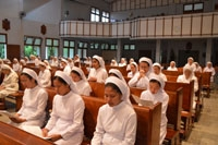 Para suster kusuk berdoa mendukung terlaksananya pertemuan BKU 17 Feb - 6 Maret 2013
