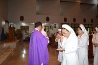 Rm. CB Kusmaryanto CB membagikan komuni pada peserta pertemuan BKU