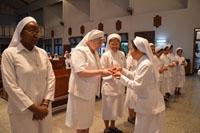 Sr. Carolina memberikan simbol mistik dr dunia pewayangan 'Dewi Kunthi' pada peserta pertemuan BKU