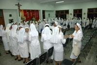 Para suster saling memberikan ucapan selamat pesta di refter Biara St. Anna Yogyakarta
