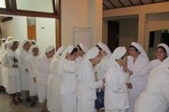 Para Suster Kapitulan menerima ucapan selamat bersidang dari para suster setelah Ekaristi