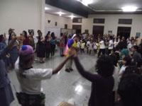 Den Baguse Ngarsa dkk, para suster, Para pengungsi menyanyikan lg Kemesraan