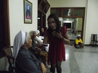 Mbak Susie mengajak Sr. Andayani CB menyanyikan sebuah lagu