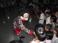 Miky Mouse sedang menyalami anak-anak