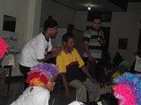 Salah satu pengungsi diundang maju oleh Tim Joko Badut